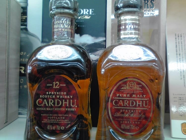 The single malt and vatted malt whisky next to one another. Image by Markmark28 (Wikipedia)